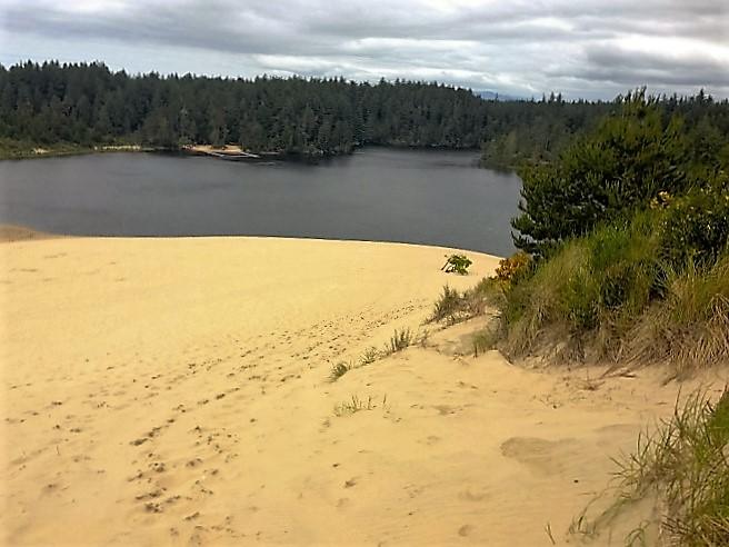 sloping-dunes-to-lake